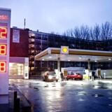 Alle Shells tankstationer er sat til salg, erfarer en række medier.