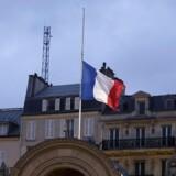 Det franske flag på halv i Paris torsdag morgen.