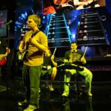 Amerikanske Activision viste på den nylige spilmesse E3 Expo i Los Angeles det nye »Guitar Hero 5«. Nu truer topchefen med at droppe Sonys Playstation. Foto: David McNew, AFP/Scanpix
