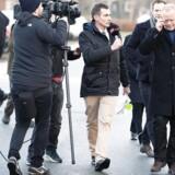 Den tidligere EBH Bank-direktør Finn Strier Poulsen (til højre) og de øvrige anklagede går fri i en af Danmarkshistoriens største sager om kursmanipulation på grund af en fodfejl hos Bagmandspolitiet.