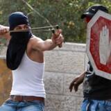 Unge palæstinensere indledte den aktuelle voldsbølge ved månedens begyndelse. Siden er både israelere og palæstinensere blevet dræbt, og intet tyder på, at fredsprocessen bliver genoptaget.