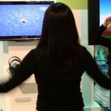 Der bliver fægtet med armene for at få figuren på skærmen til at hoppe, mens denne kvinde afprøver Nintendos nye »Wii Fit Plus«, der kommer i handelen til efteråret. Foto: David McGray, AFP/Scanpix