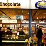 """""""Der er ingen tvivl om, at råvarerne bliver dyrere og dyrere. Det er den langsigtede trend. Vi er især ramt af højere priser på kakaobønner. Selv om det kan være fristende, kommer vi ikke med prisstigninger fra nu af og frem til jul, hvor vi hvert år har det største salg,"""" siger Daniel Paetsch, administrerende direktør og medejer af Sv. Michelsen Chokolade."""