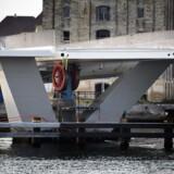 Inderhavnsbroen, der forbinder Nyhavn og Christianshavn, har fået sine broklapper monteret natten til tirsdag d. 4. august 2015.
