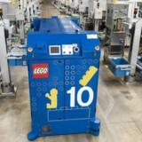 Lego fabrikken på Kløvermarken, hvor LEGO's plaststøberi ligger. Her er en fuldautomatiseret støbemaskine, der kører rundt og henter / bringer produkter.