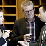 Socialdemokraternes Jan Johansen (i midten) i samtale med Mette Frederiksen (S) og Hans Andersen (V).