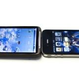 Googles styresystem, Android (på telefonen til venstre), og Apples iOS (på telefonen til højre) arbejder med småprogrammer, som man henter eller køber på nettet. Snart er der penge i det. Arkivfoto: Jonas Vandall Ørtvig, Scanpix
