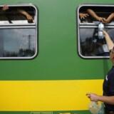 Et tog med migranter forlod Budapest torsdag med kurs mod østrig. Toget nåede dog kun 40 kilometer, før det blev stoppet.