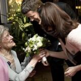 Elisabeth Bomhoff overrækker en buket blomster til kronprisesse Mary, der med kronprinsen er til premieren på Flammen og Citronen. Arkivfoto: Keld Navntoft