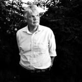 Helt ekstraordinært vælger Berlingske nu at offentliggøre et halvandet år gammelt interview med Peter Loft. Interviewet blev aldrig trykt, men Berlingske giver nu læserne mulighed for at sammenholde, hvad Loft sagde om skattesagen, før alle afhøringerne i Skattesagskommissionen begyndte, og hvad han siger i dag. Her ses Peter Loft i sin have i Klampenborg. Foto: Niels Ahlmann Olesen