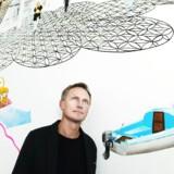 Lars Bo Jeppesen midt i al kreativiteten i firmaets domicil på Christianshavn.