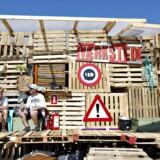 Kulturmødet er også for børn og unge, og de holder til lidt fra selve festivalpladsen, nemlig ved Limfjorden, hvor de har bygget et stort slot af euro-paller. Der er bar, musik, perleværksted og bålsted.