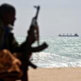 En bevæbnet somalisk pirat holder udkig med det græske fragtskib MV Filitsa, der blev frigivet den 2. februar 2010 efter 22 måneder i piraternes varetægt.