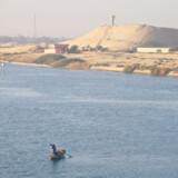 Selvom der konstant sejler store og dybdegående skibe på Suez Kanalen, er kanalen mange steder så smal, at man næsten kan springe i land fra skibet.