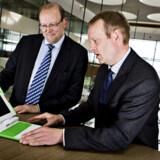 Lars Mathiesen (tv.) er direktør for koncernudvikling og IT i Nykredit. Han har sagt ja til at blive ny formand for Dansk IT. Sammen med Tony Franke, direktør i Dansk IT afprøves en af de børnecomputere, der skal bruges i den tredje verden.