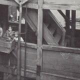 Man boede ikke fyrsteligt i 1700-tallets København, som det fremgår af denne ejendom i Pilestræde, hvor lejerne delte en fælles udvendig køkkenvask på hver etage i trappehuset. Foto fra 1900, John Erichsen: Et andet København.