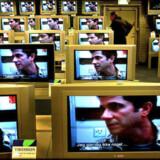 Færre kunder i elektronikbutikkerne betyder nedskæringer i Japan.