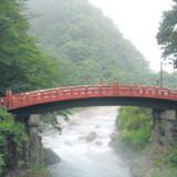 Det gjorde ikke noget, at solen gemte sig den dag, vi besøgte Nikko. Tværtimod forsynede tågen den hellige røde flodbro, Shinkyo, med et skær af fortidens shogun-mystik.