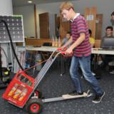 På den tyske opfindermesse i Nürnberg præsenterer driftige og håbefulde opfindere deres seneste kreationer. Her ses skoleleven Johannes von Moreau med sin løbehjuls-sækkevogn.
