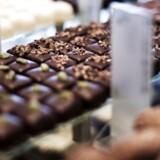 Årsagen er, at de skyhøje priser på råvarer som kakao for tiden ligger og svinger nær rekordpriserne for tre og et halvt år siden. Også priserne på nødder og mandler, der indgår i mange chokolade- og marcipanprodukter, er steget kraftigt.