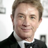 Saturday Night Live-vært Martin Short markerede newtown-massakren ved at lade et børnekor afsynge en hymne til ære for de dræbte.