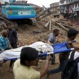 Et voldsomt jordskælv har forårsaget massive ødelæggelser i Nepal. Flere end 1.500 frygtes omkommet som følge af skælvene, der ramte særlig hårdt i hovedstaden Katmandu.