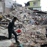 Myndigheder og nødhjælpsorganisationer arbejder søndag på højtryk for at redde menneskeliv efter lørdagens kraftige jordskælv. Situationen er kaotisk og desperat, melder Red Barnet.