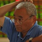 Langt størstedelen af handlerne på børserne i Kina foretages af private investorer. I alt har Kina omkring 90 millioner amatørinvestorer. Her er det en investor i Fuyang i den centrale Anhui- provins, der følgerne onsdagens akitekurser. Foto: An Ming/EPA