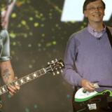 Microsofts stifter, Bill Gates, fandt »Guitar Hero« frem, da han holdt sin sidste åbningstale på verdens største messe for forbrugerelektronik, CES, i Las Vegas i ørkenstaten Nevada i det sydvestlige USA i begyndelsen af januar. Her gav han den på alle strenge sammen med Slash på rigtig guitar. Foto: Robyn Beck