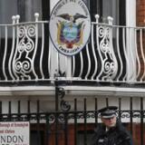 Tre års intensiv politiovervågning af Ecuadors ambassade i London - med henblik på at kunne anholde Julian Assange, hvis han skulle stikke hovedet frem - beløber sig foreløbig i omkring 120 millioner kroner. En regning som blandt andre Hugo Swire, juniorminister i det britiske udenrigsministerium, finder det »fuldstændig uacceptabel« at tørre af på britiske skatteydere. Samtidig kalder juniorministeren sagen »en voksende plet« på Ecuadors omdømme.