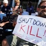 Aktivister i Californien protesterede onsdag mod konflikten i Los Angeles. Republikanernes Hus stemte i 11. time for Senatets forslag, så statsapparatet i USA kan genåbnes, og gældsloftet hæves.