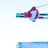 Snowparkerne er de store, hvide legepladser, hvor ski- og snowboardløbere muntrer sig med vilde hop og ungdommeligt vovemod. Det er her i snowparkerne, at morgendagens nye stjerne bliver fundet, og det er i miljøet i og omkring snowparkerne, at ski- og tøjproducenterne flokkes. Foto: Christoffer Tilstam