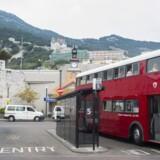 Der er mere end bare en snert af Storbritannien over Gibraltar, der er sydeuropæisk port mellem Atlanter-?havet og Middelhavet. Der kører røde dobbeltdækkerbusser i gaderne, og der står Royal Mail på postkasserne. Nu giver den lille, britiske enklave igen ballade mellem Spanien og England.