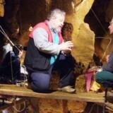 Forskere på feltarbejde i den spanske El Sidron-hule, hvor der er gjort fund af neandertalere, der forsvandt fra Europa og dermed hele verden for omkring 30.000 år siden. Den internationale forskergruppe er nået frem til, efter vi har en smule DNA fra neandertalere efter at have har kortlagt de uddøde fortidsmenneskers genom.