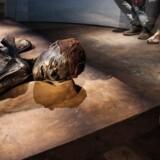 Fem kendte danskere fortæller om deres yndlingsgenstande på de danske museer. Blandt Mads Brüggers favoritter er Grauballemanden.