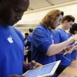 Apple-aktien er styrtdykket over de sidste tre uger. Frygt for vanskeligheder med at få iPad 2 ud til forbrugerne får en del af skylden.