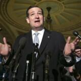 """Den republikanske senator Ted Cruz, der her holder pressemøde på falderebet forud for torsdagens vigtige aftaleindgåelse i Kongressen, har så at sige fungeret som krisens chefideolog. Efter støvet har lagt sig - i hvert fald indtil februar - trækker """"alt-omkring-os-ramler""""-udtalelser fra Cruz og andre af Tea Party-bevægelsens spidser ufrivillige tråde til neo-marxismen."""