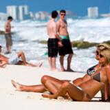 I Cancun rækker unge i badetøj ubekymrede ud efter plasticbægre med fadøl, når de ikke lige danser til de dunkende rytmer, der bæres ud over bølgerne både dag og nat.