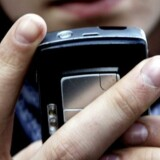 Det er ikke kun de unge, der har glæde af arbejdsgiverbetalte mobiltelefoner. Også de ældre er glade for den slags fryns.