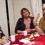 Urban har mødt en gruppe danske transseksuelle til kaffe, kage og en snak om behovet for at bestemme sit eget navn. Her er det Lisbeth Lund (i lilla), Tina Nielsen (blomst i håret) og Izabella Simonÿ (lyst hår)