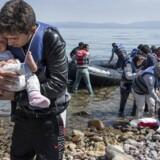 Nyankomne afghanske flygtninge - lige ankommet til den græske ø Lesbos med gummibåd fra Tyrkiet.
