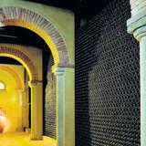 Sella e Mosca har bevaret de dekorative og arkitektonisk smukke vinkældre fra firmaets begyndelse i 1903.Det var hårdt arbejde, da vinproduktionen begyndte for 110 år siden, men anstrengelserne har båret frugt.