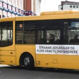 Socialdemokraternes nye asylkampagne på bus i København. Generalsekretær i Røde Kors, Anders Ladekarl, er trist over statsministerens kampagne. Han mener, at den taler ned til en stor gruppe mennesker, der har desperat behov for hjælp.