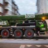 BMS-kraner er kendt i gadebilledet som her, hvor den mobile passerer St. Kongensgade i København. Firmaet har efter nogle gode økonomiske år nu 400 mobile kraner og lastbil-lifte. Foto: Christian Lindgren