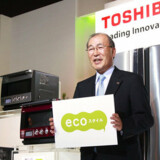 Toshibas topchef Atsutoshi Nishida ses her, da han i oktober 2007 introducerede en række nye miljøvenlige produkter. Nu går salget støt nedaf. Foto: Yoshikazu Tsuno, AFP/Scanpix