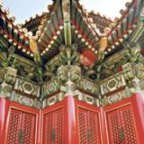 Den mægtige kinesiske mur blev bygget som forsvarsværk mod mongolerne. Hovedparten af den 8.000 km lange mur blev bygget i 1300-1700-tallet. I dag flokkes turister i titusindevis ved muren, men man kan stadig finde fredelige steder.
