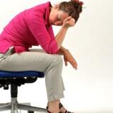 Flere bliver tilsyneladende på jobbet, selv om de er syge - blandt andet af frygt for at miste jobbet midt i en krisetid.