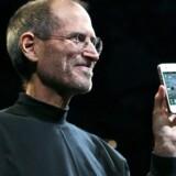 Apples topchef, Steve Jobs, undgik behændigt at dække over den indbyggede antenne, da han 8. juni præsenterede den nye iPhone 4. Nu melder brugerne om store problemer med modtagelsen, og der er anlagt sag mod Apple. Foto: Ryan Anson, AFP/Scanpix
