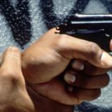 Idéen om at bandemedlemmer skulle skyde på bussen med vandpistoler undervejs på turen blev droppet igen - L.A. Gang Tours indeholder i forvejen masser af skydevåben og makabre historier om brugen af dem i det hårdt belastede sydlige Los Angeles.
