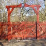 En af de røde porte i Jægersborg Dyrehave ved Rådvad Kro.